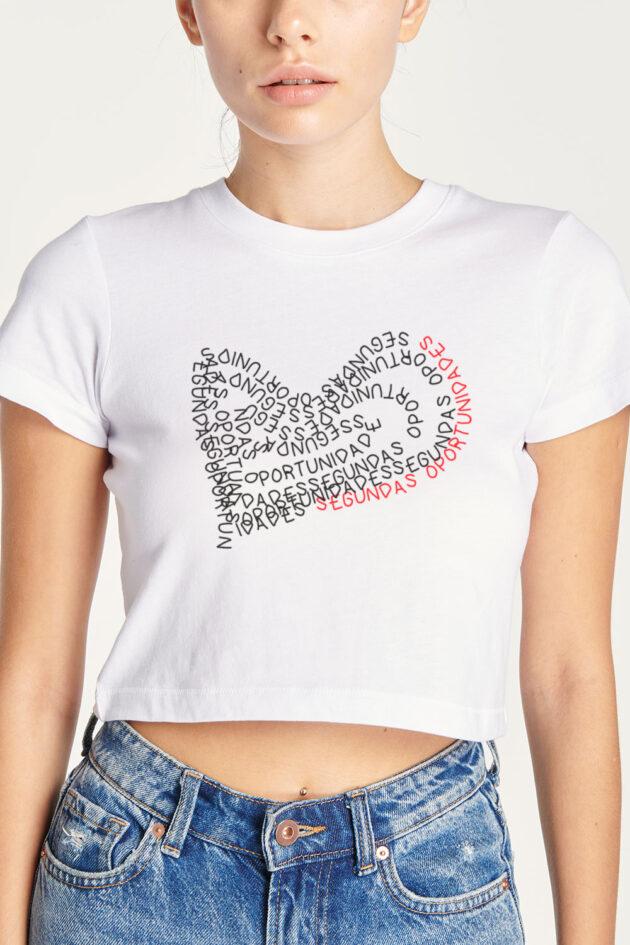 B. Camiseta blanca estampado corazón de letras