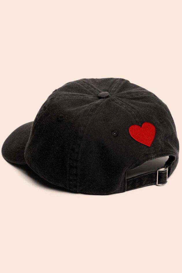 Gorra negra corazones