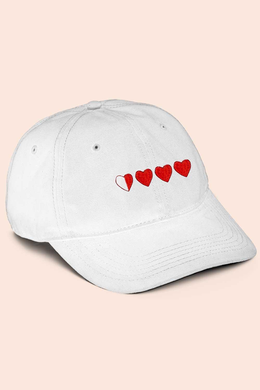 Gorra blanca de corazones