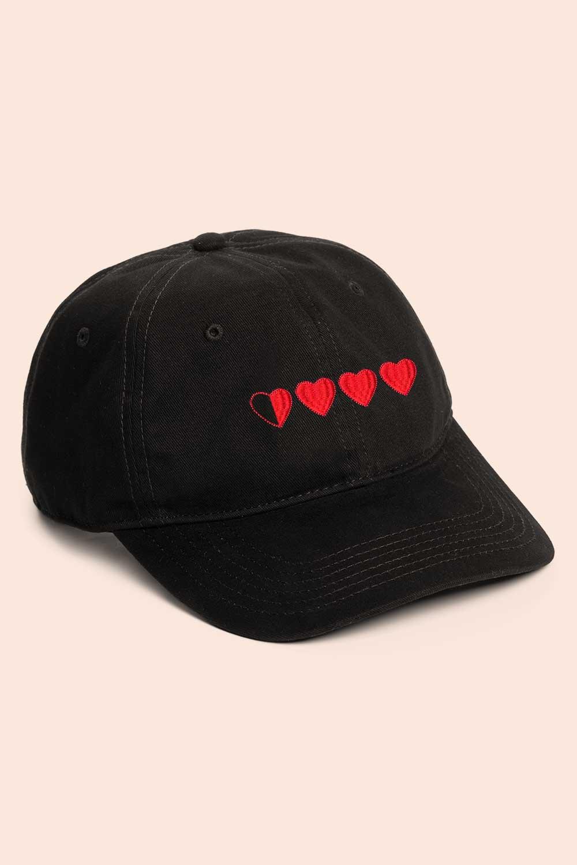 Gorra negra con corazones